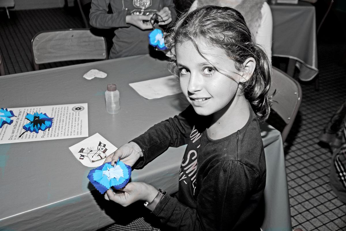 Dans le cadre des cérémonies du Centenaire de la Grande Guerre, les résidents ont animé à l'école Simon Boussiron un atelier de confection de fleurs de Bleuet, tel qu'imaginé en 1925 par deux infirmières afin de venir en aide aux grands blessés. vivre le 3 age